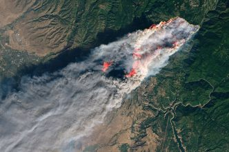 5996534-6375307-The_Camp_Fire_above_completely_engulfed_the_town_of_Paradise_in_-a-40_1541893800337